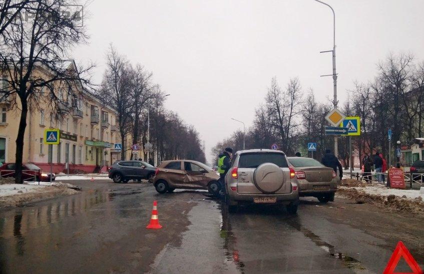 4 иномарки столкнулись на перекрестке Ленина-Чапаева